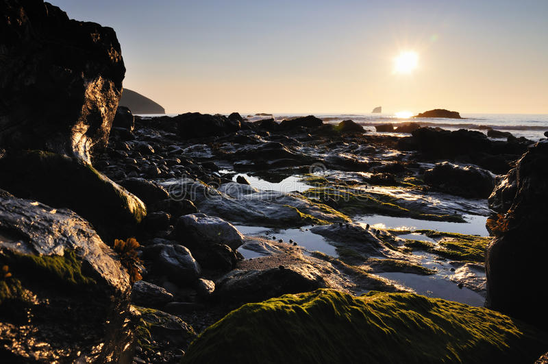 Solnedgång St Agnes, Cornwall arkivfoto