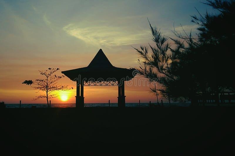 Solnedgång strand som är långsam, menyendiri, guling, sol, coffe, affärsföretag som reser royaltyfri bild