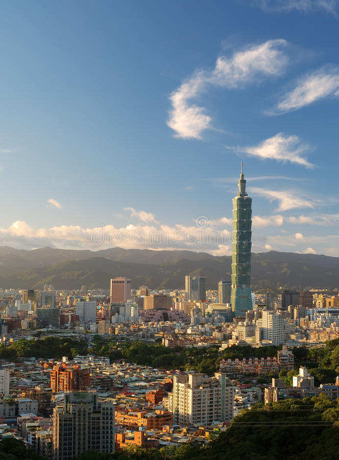 solnedgång taipei för stadsplatshorisont royaltyfri bild