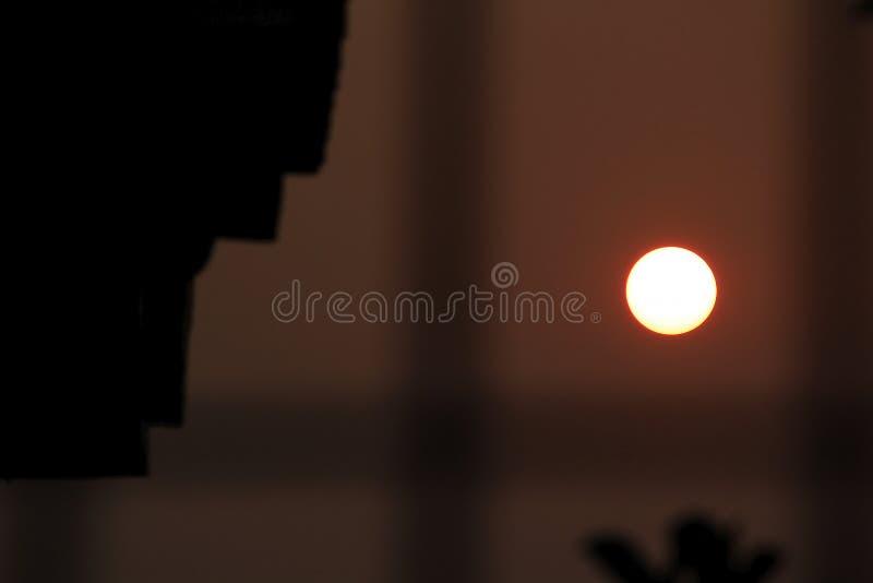 Solnedgång till och med det lilla hålet royaltyfri bild