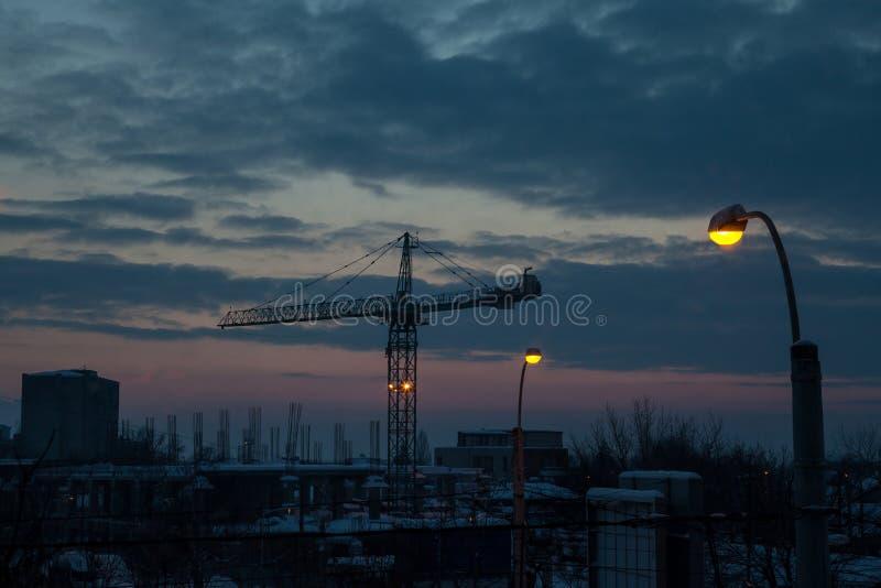Solnedgång till och med en Crane In The Night arkivfoton