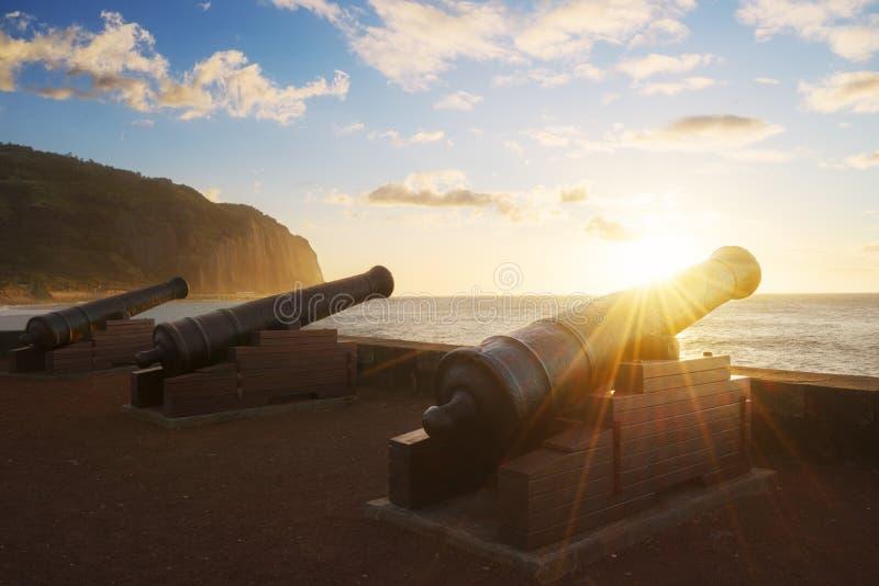 Solnedgång till och med kanoner i St Denis i Reunion Island royaltyfri bild