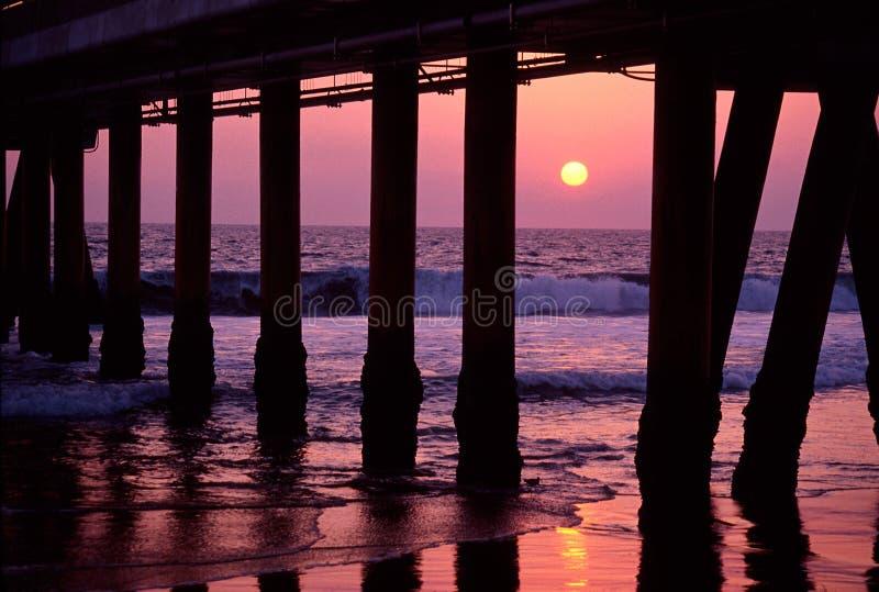 Solnedgång under boardwalk arkivbild