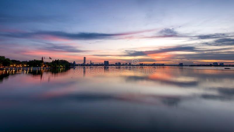 Solnedgång västra sjö Hanoi royaltyfri foto