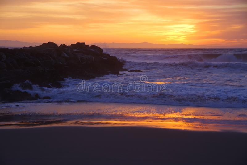 Solnedgång Ventura strand, Stilla havet arkivbild