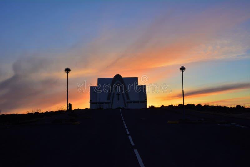 Solnedgång vid den Kopavogskirkja kyrkan fotografering för bildbyråer