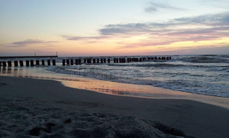 Solnedgång vid det baltiska havet arkivbild