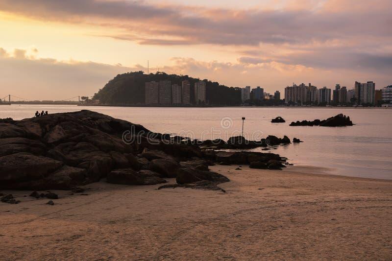 Solnedgång vid en strand på Sao Vicente SP Brazil fotografering för bildbyråer