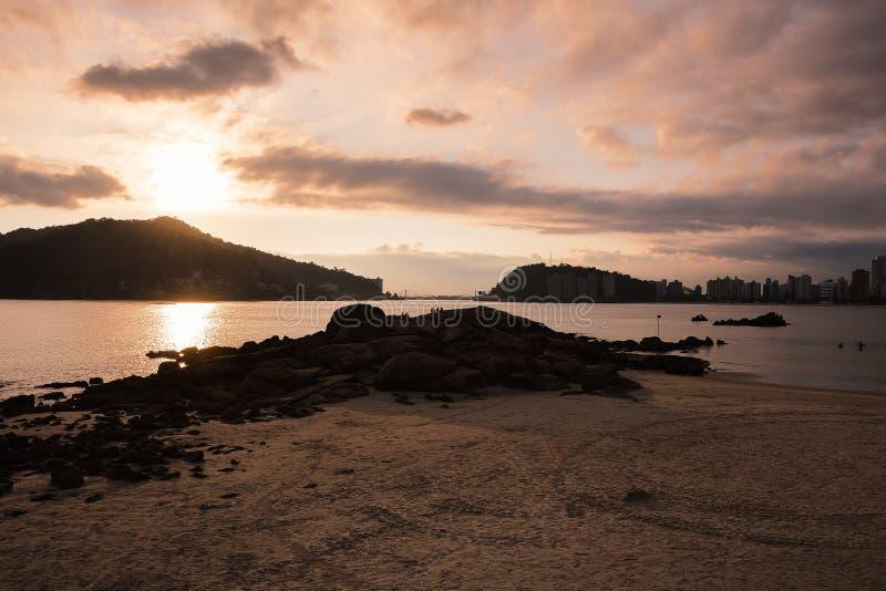 Solnedgång vid en strand på Sao Vicente SP Brazil arkivfoto