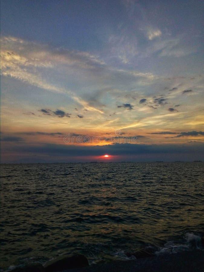 Solnedgång vid fjärden royaltyfria bilder
