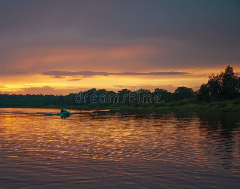 Solnedgång vid floden royaltyfri fotografi