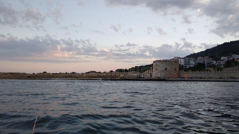 Solnedgång vid havskusten arkivbild