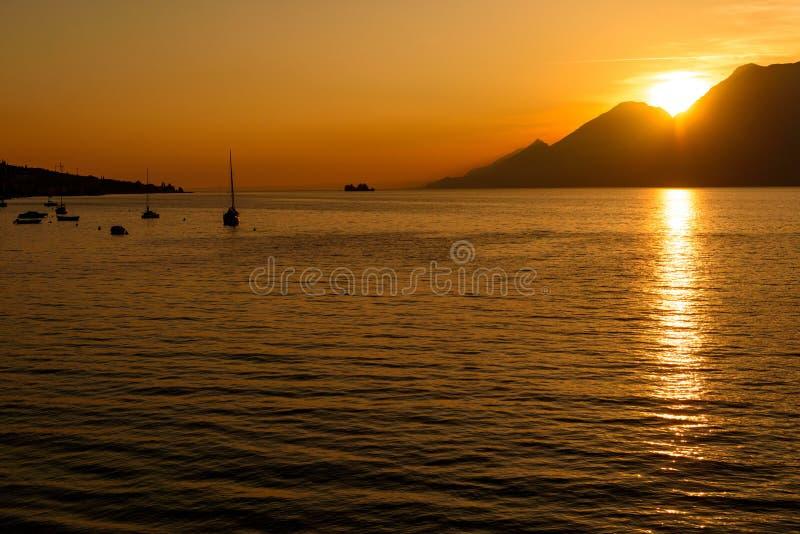 Solnedgång vid kustlinjen royaltyfria foton