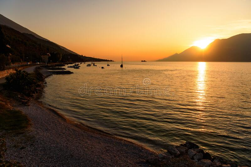Solnedgång vid kustlinjen arkivfoton