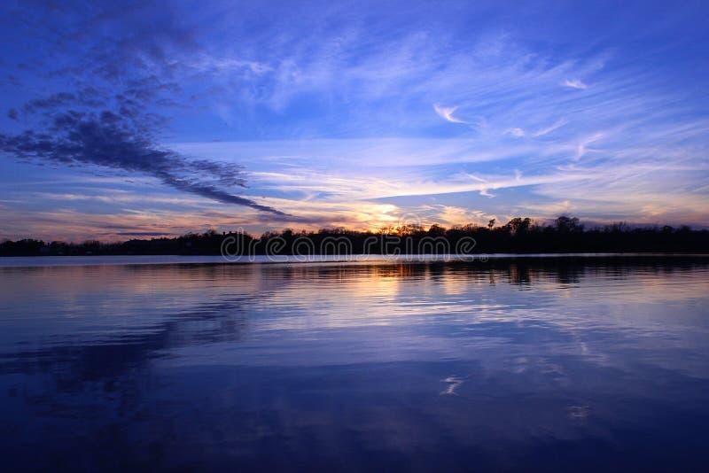 Solnedgång vid laken arkivbild
