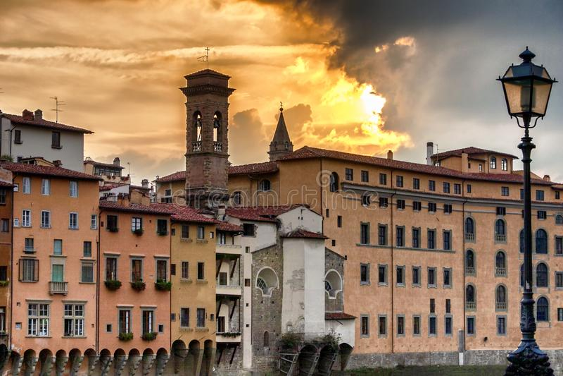 Solnedgång vid Riveret Arno i Florence royaltyfri fotografi