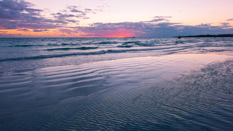 Solnedgång vid sjösidan i Sardinia, Italien arkivfoton