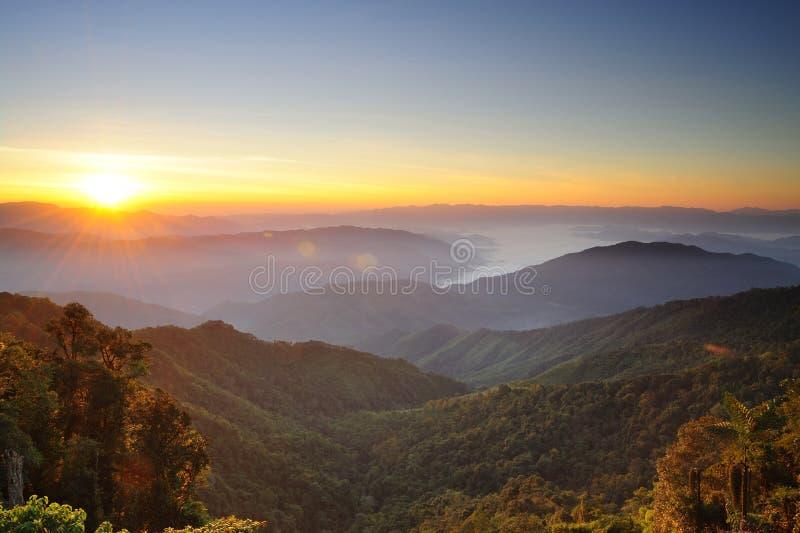 Solnedgångar över berg fotografering för bildbyråer