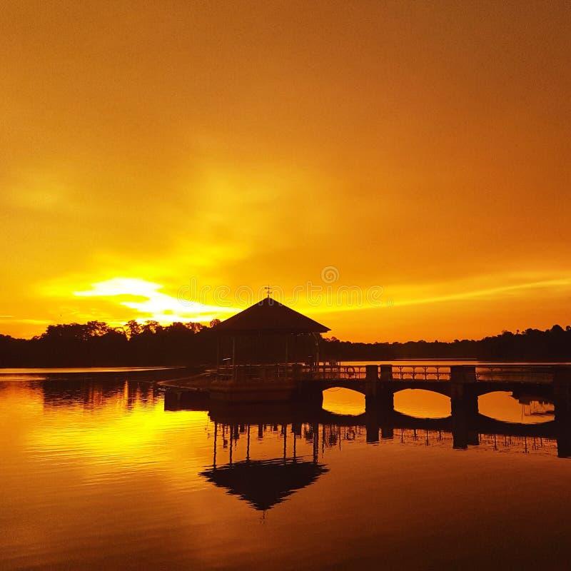 Solnedgångar med reflexion royaltyfri bild