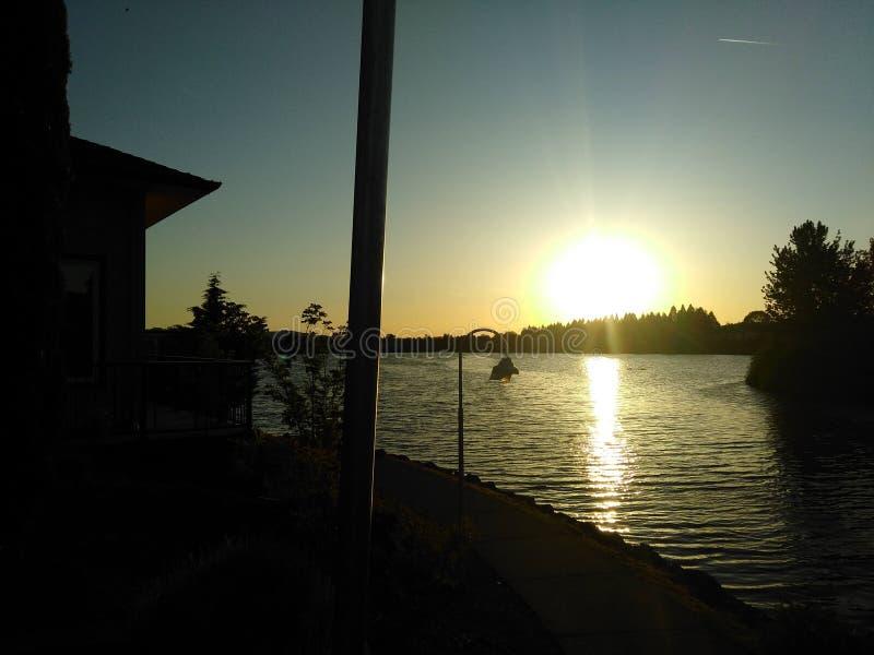 Solnedgångar på sjön royaltyfria bilder