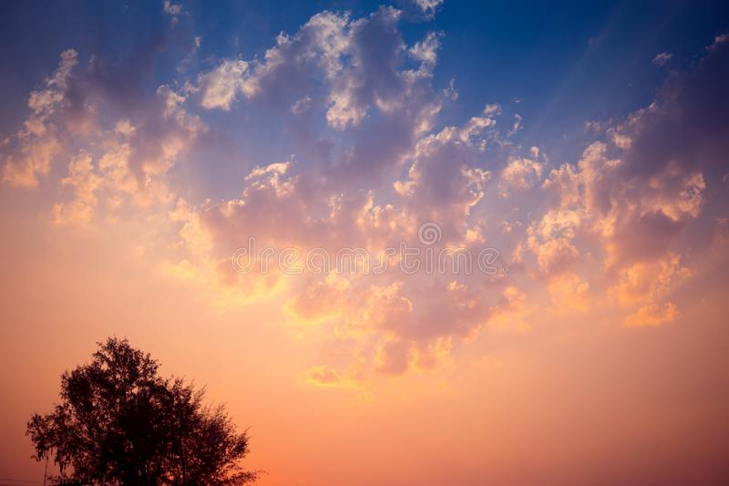Solnedgångbakgrund med underbar guld- gul himmel Skymninghimmel i aftonen och att förbluffa det dramatiska och underbara molnet p arkivfoto