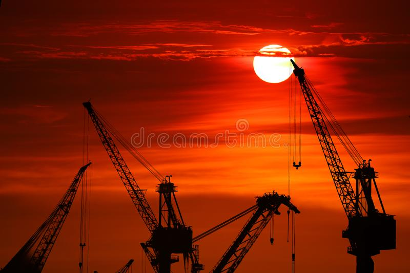 solnedgångbaksida på konturkranmolnet på natthimmel royaltyfria bilder