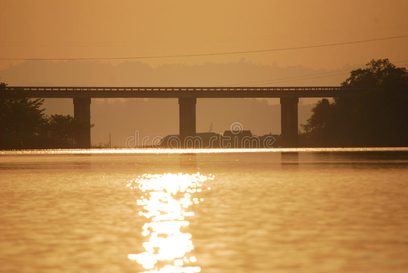 Download Solnedgångbro fotografering för bildbyråer. Bild av stad - 37349939