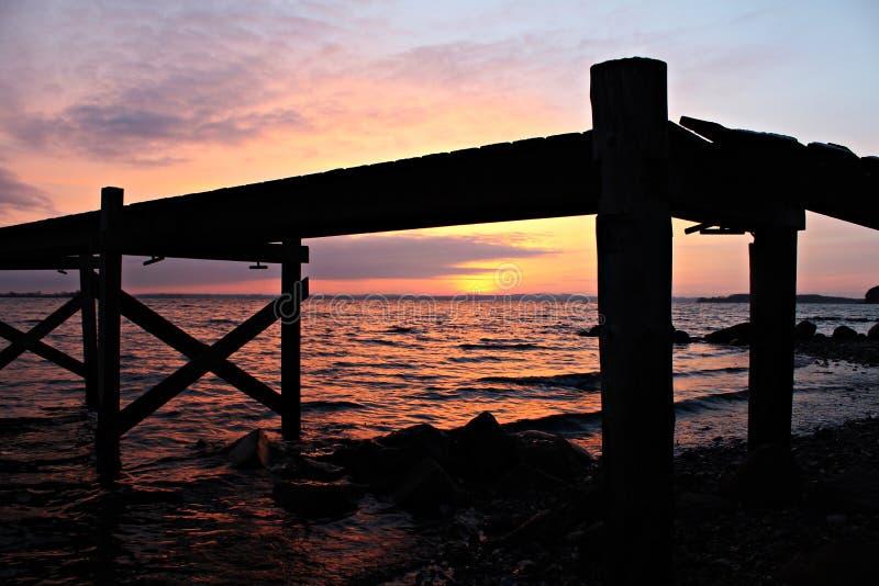 Solnedgångbro royaltyfri foto