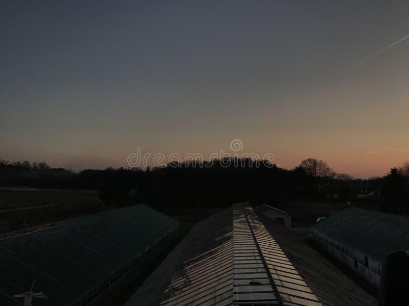 Solnedgångby arkivbild