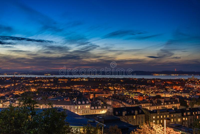 Solnedgångcityscape av Edinburg arkivfoto
