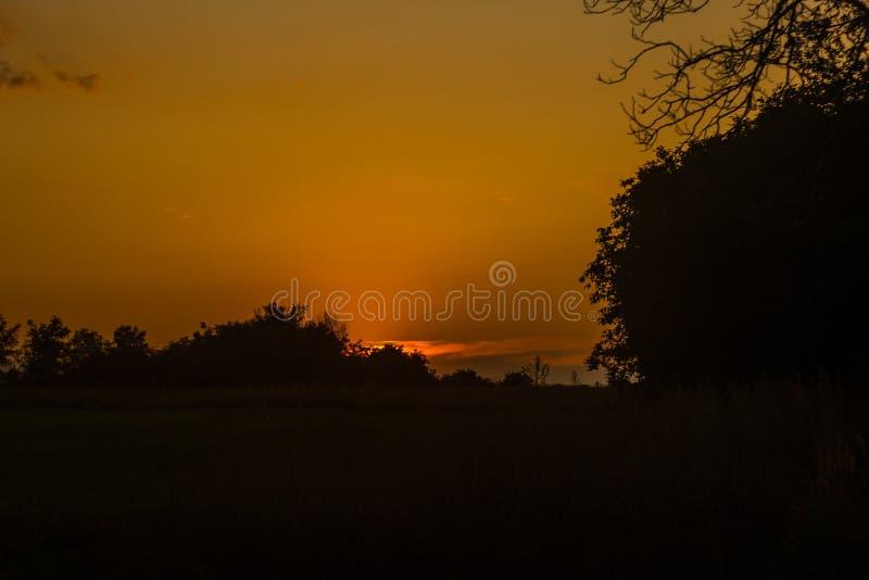 Solnedgången är så häpnadsväckande Enkel och mesmeriering royaltyfri bild