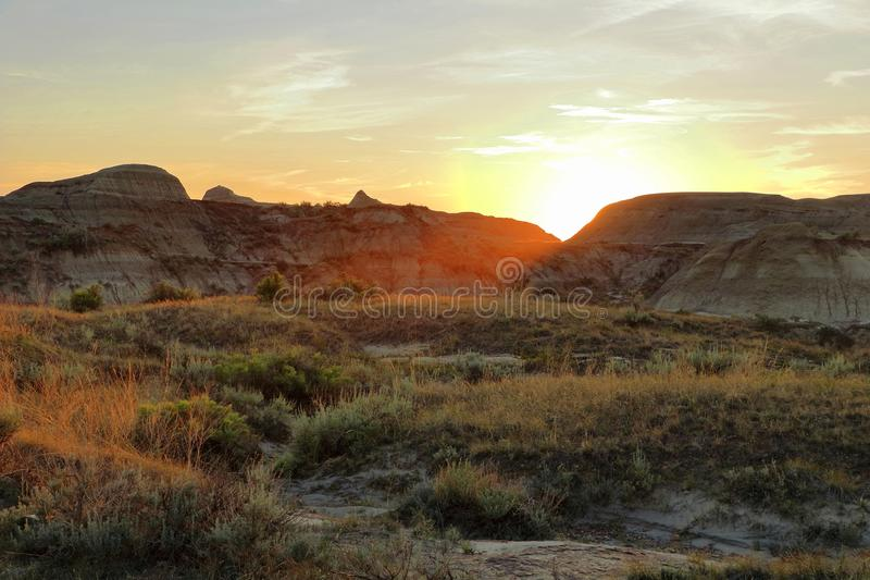 Solnedgången över Badlands på den provinsiella dinosaurien parkerar, Alberta royaltyfri fotografi