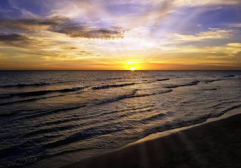 Solnedgången över den kubanska stranden med den synliga solen rays royaltyfri fotografi