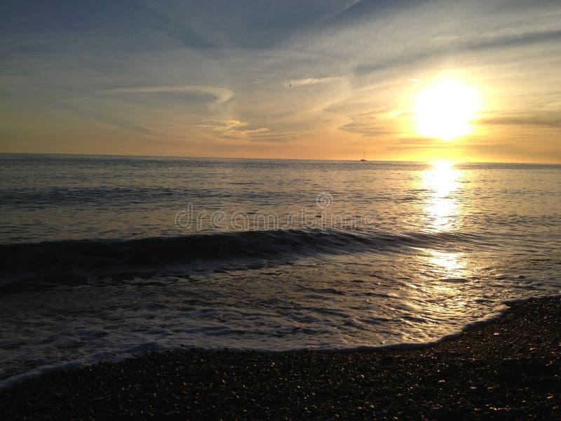 Solnedgången över den Shoreham stranden förlägga i barack i östliga Sussex royaltyfri fotografi