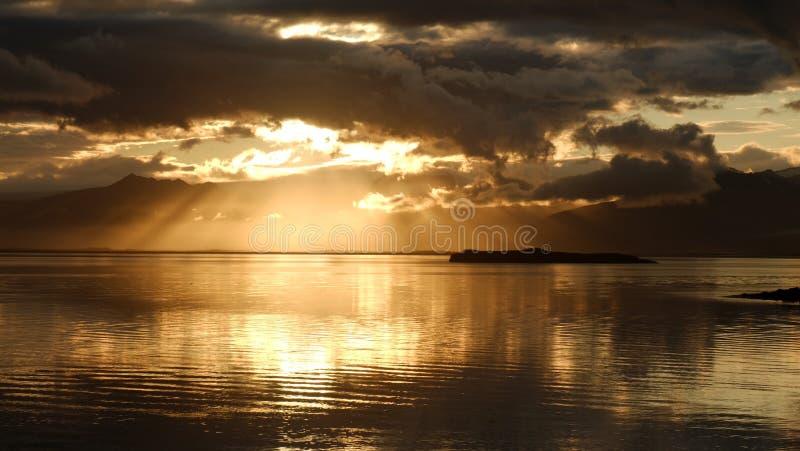 Solnedgången över fjärden nära Hofn royaltyfri fotografi