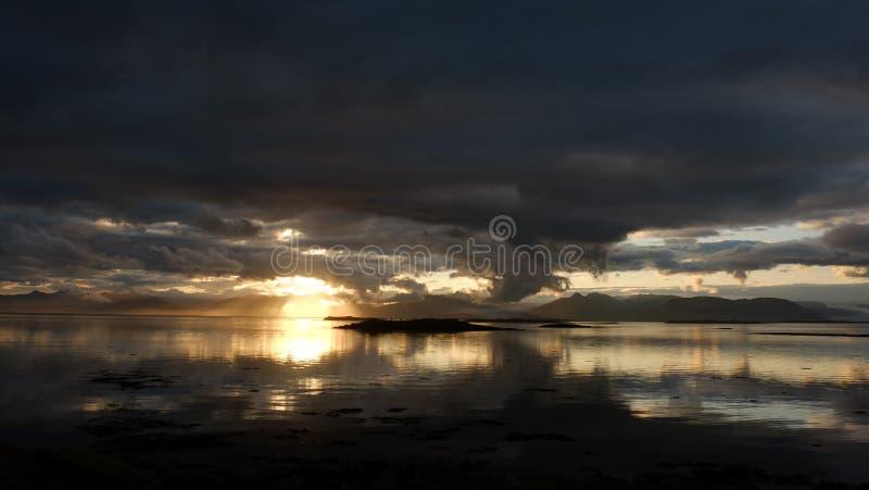 Solnedgången över fjärden nära Hofn royaltyfri bild