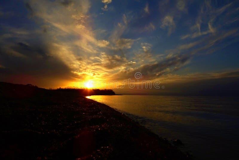 Solnedgången över Issyk-kul sjön royaltyfri fotografi