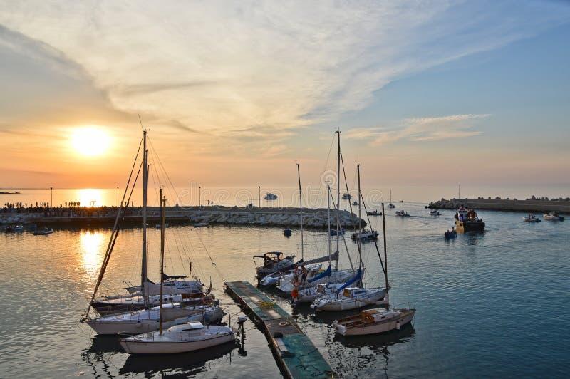 Solnedgången över porten av Molfetta i den Puglia regionen royaltyfri fotografi