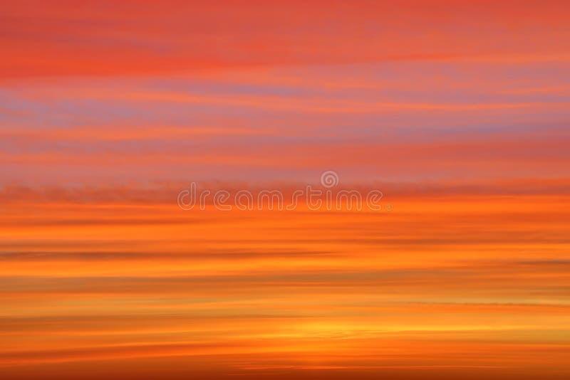 Solnedgången eller soluppgången Den molniga himlen cloured i röd, orange, rosa, scharlakansröd, karmosinröd, purpurfärgad, violet arkivbild