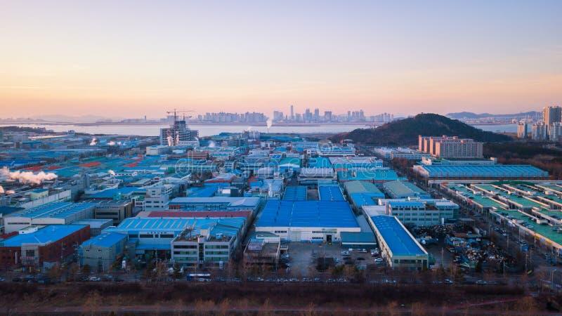 Solnedgången för den flyg- sikten av det industriellt parkerar incheon Seoul, Korea fotografering för bildbyråer