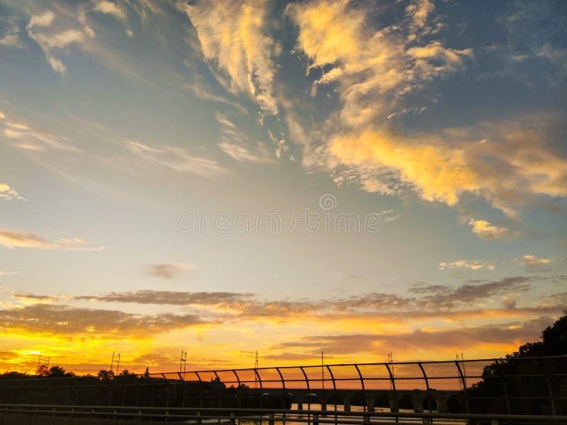 Solnedgången fördunklar över en huvudvägbro arkivbild