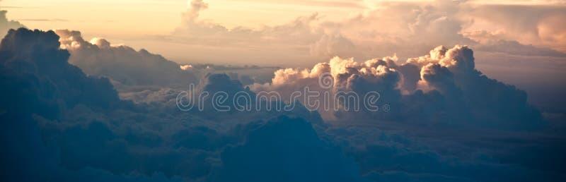 Solnedgången fördunklar himmelsikt från flygplanet royaltyfria bilder