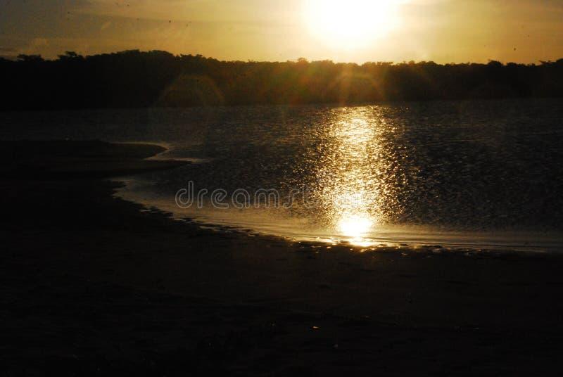 solnedgången finns för att påminna oss av skönheten av liv och för att tacka för en annan dag arkivfoto