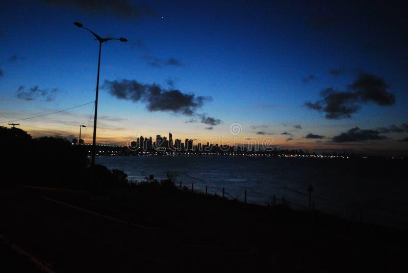 solnedgången finns för att påminna oss av skönheten av liv och för att tacka för en annan dag arkivbild