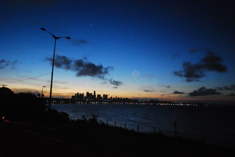 solnedgången finns för att påminna oss av skönheten av liv och för att tacka för en annan dag arkivfoton