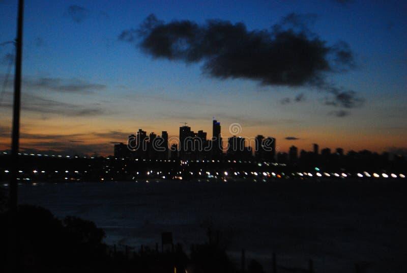 solnedgången finns för att påminna oss av skönheten av liv och för att tacka för en annan dag royaltyfri fotografi