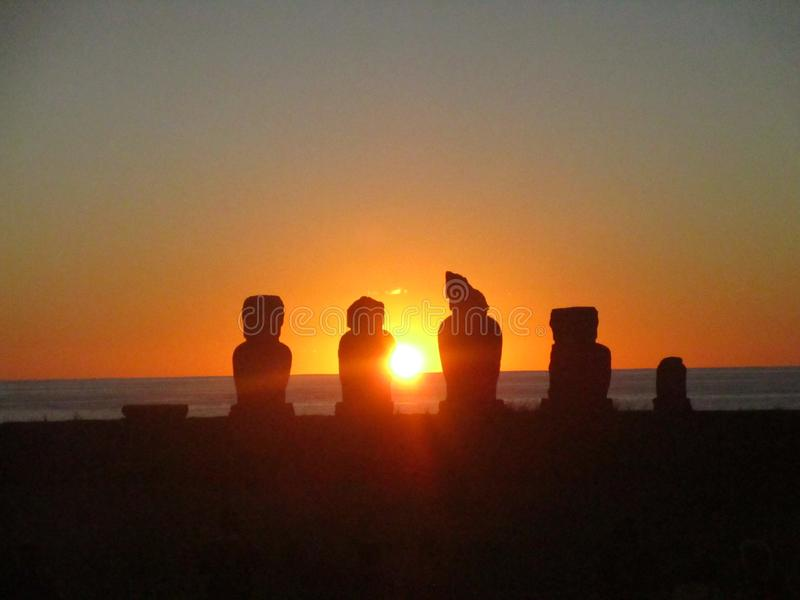 Solnedgången i den forntida moaien för tahaien för ` s för den easter ön fördärvar arkivbild