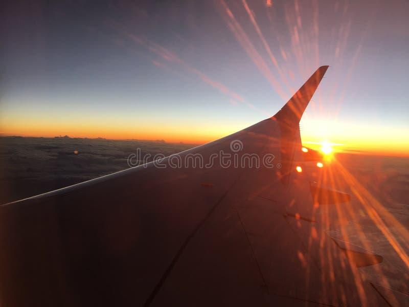 Solnedgången i flygplanet är härlig royaltyfria bilder