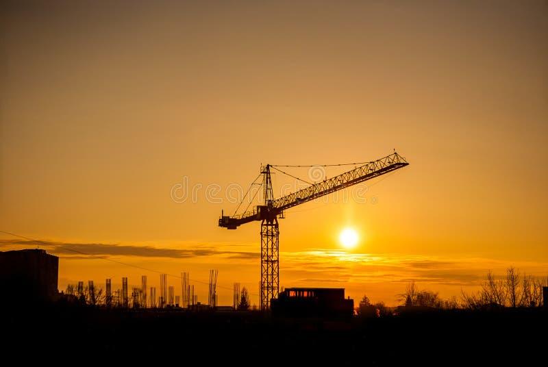Solnedgången, i idustrialized, är av stad arkivbilder
