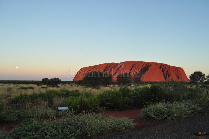 Solnedgången i Uluru ayers vaggar, den röda mitten Australien royaltyfri foto